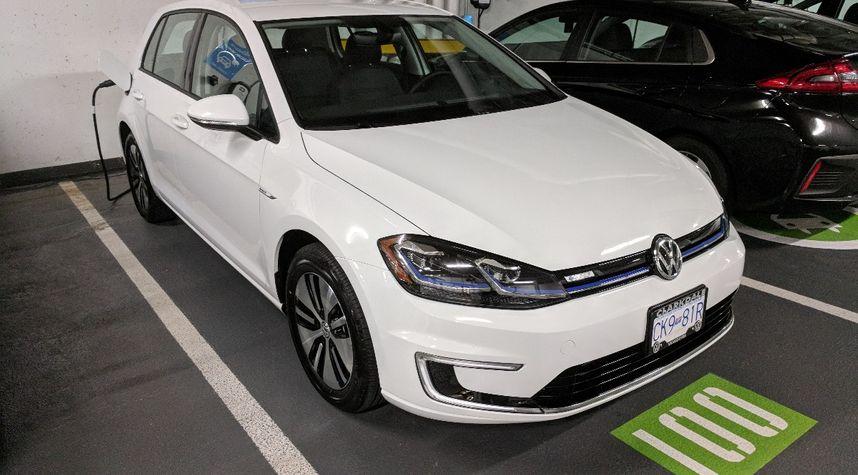 Main photo of Sanda Ho's 2018 Volkswagen e-Golf