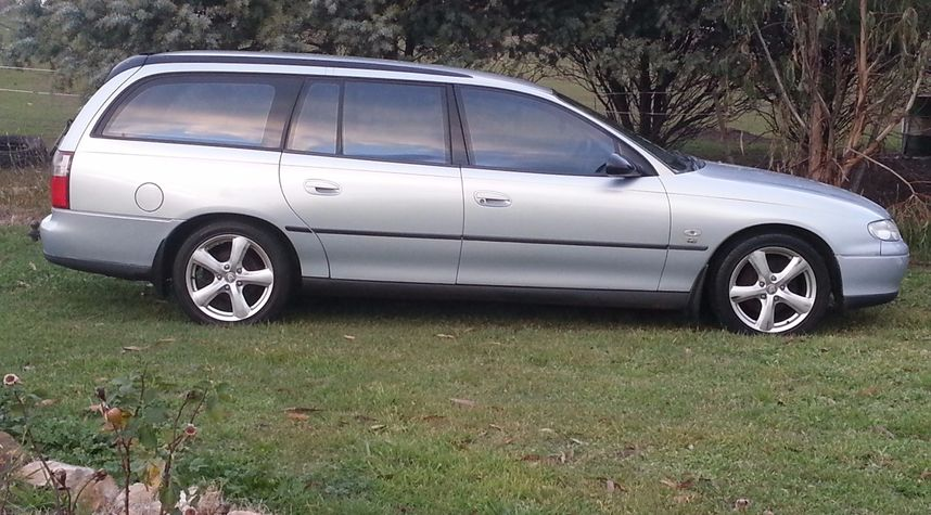 Main photo of Taylor Millhouse's 2000 Holden Commodore
