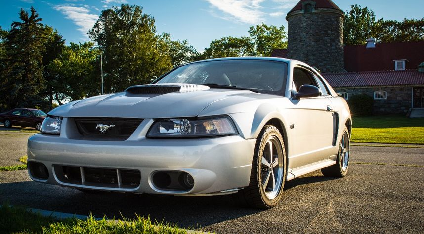 Main photo of Ryan Cull's 2001 Ford Mustang