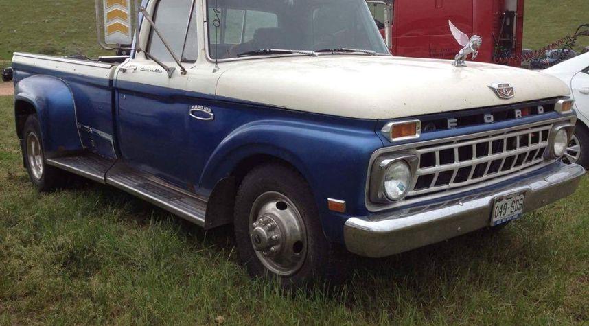 Main photo of Liz Hood's 1965 Ford Custom