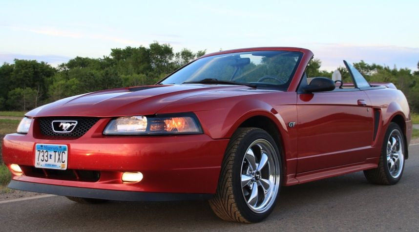 Main photo of Kyle Zirbes's 2000 Ford Mustang