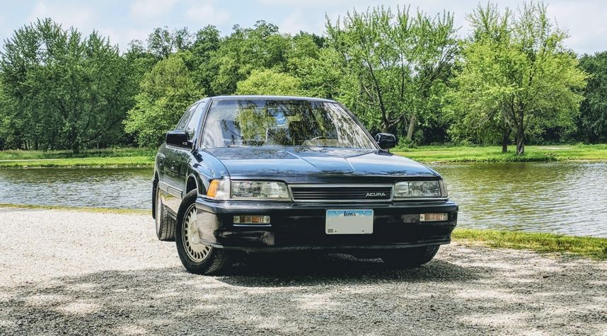 Main photo of Travis Topping's 1990 Acura Legend