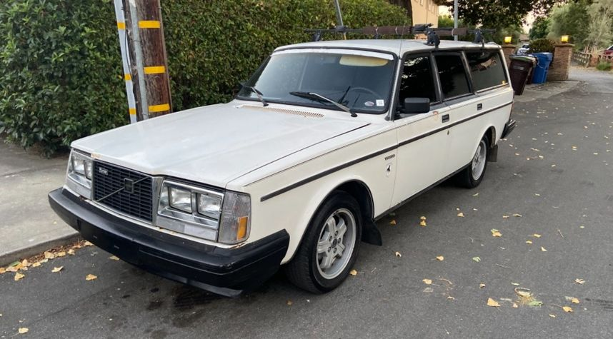 Main photo of Chase R's 1983 Volvo 245