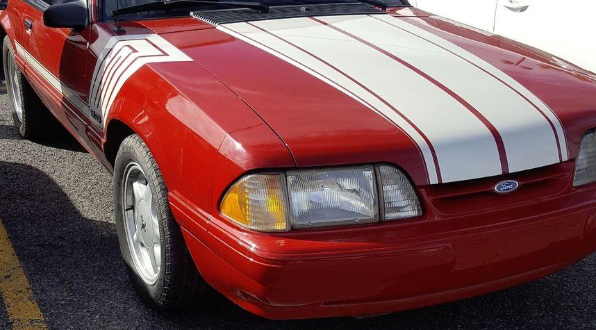 Main photo of Jonathan Cyr's 1988 Ford Mustang