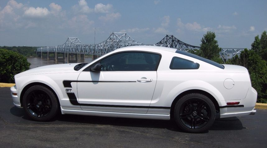 Main photo of Lee Artz's 2006 Ford Mustang