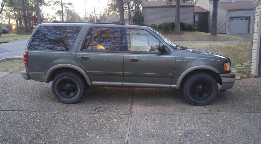 Main photo of Hunter Renaud's 2000 Ford Expedition