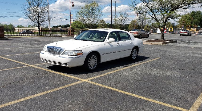 Main photo of David Mullenhour's 2005 Lincoln Town Car